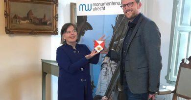 Monumentenschildjes voor Rhenense monumenten