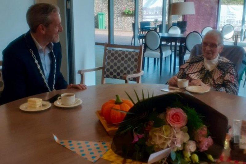 Burgemeester op bezoek bij mevrouw Van Daalen (101)